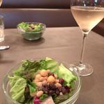 ブラッセリー・ヴァトゥ - ランチのサラダとスパークリングワイン
