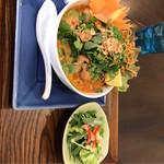 神戸アジアン食堂バル SALA - カオソーイ(カレーヌードル)950円、パクチー大盛り+50円