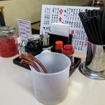 てんま - 卓上の調味料。老舗っぽいのにキレイなお店です。