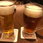 銀座ライオン  - 左:ビアプレートのサッポロビール 右:エビス琥珀中ジョッキ