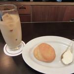 CAFE CUPOLA mejiro - アイスカフェラテ、自家製スコーン(プレーン)