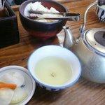 天天有 - お茶を飲みながらお漬物を食べる