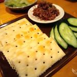 ざんぐり綾富 - 自家製コンビーフとクラッカー