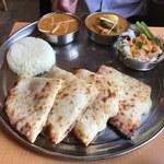 インディアンレストラン アールティ - 「Bセット(チキンキーマと日替わりカレー)」900円+「チーズナンに変更」200円