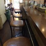 元町通り3丁目 - 手前に4人掛けテーブルが1卓、奥にかけて、このカウンター席が続きます(2017.5.19)