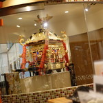 鉄板神社 - ☆神輿が鎮座したテーブル席(*^_^*)☆