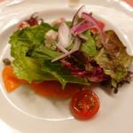 ピッツェリア・サバティーニ - メカジキの自家製スモークと契約農家の葉野菜