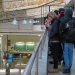 魚問屋・廻船問屋 加治安 - ドイツからの観光客が熱心に見学