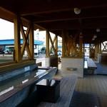 魚問屋・廻船問屋 加治安 - 港に隣接して広い足湯がある