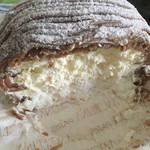 67238756 - 中にはクリームたっぷり♪(๑ᴖ◡ᴖ๑)♪見えにくいですが、下の土台はメレンゲで殆ど砂糖菓子です。