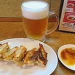 67240109 - 餃子と生ビール中