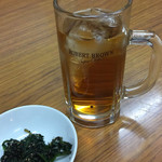 田中食堂 - ウーロンハイ¥360。 お通しのほうれん草ゴマよごし、無料サービスみたい。