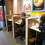 マクドナルド - これが一階のお一人様用テーブル。