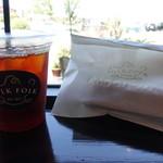 フォーク フォーク コーヒー - ドリンク写真:アイスコーヒーとチーズケーキ