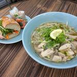 ベトナムカフェ CHOM CHOM - 鶏肉フォー・バインミー・生春巻きのセット