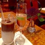 ザ・ロビー - スパークリングワイン(飲んで減っています)&アイスカフェラテ