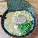 67248606 - ラーメン690円麺硬め。海苔増し70円。