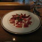 Bar IZARRA - 「イベリコ豚の生ハムとチョリソの盛り合せ」です。