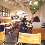 カフェ アンド - 店内