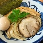 つけ麺 よし田 - つけ麺 890円。小麦を感じる、力強い麺が印象的です。