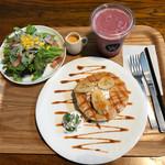67267347 - 嫁の朝食、ブルーベリースムージー、キャラメルバナナパンケーキ、サラダコブドレッシング
