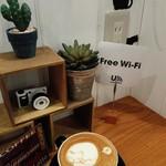 つむぎカフェ - 店内Free Wifi、カウンター席に電源あり。