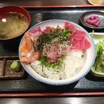 まぐろんち - 鉄火丼セット(880円)※鉄火丼単品(680円)に、ネギトロとサーモンをトッピング