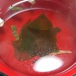 安井屋 - 安井屋 @三ノ輪 やきとり丼に付く若芽のお吸い物