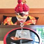 67276761 - 苺パフェ のせすぎ 1200円(税抜き)