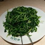 67278080 - 季節の青菜炒め。