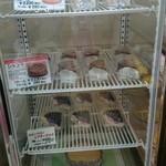 マミーズ・アン・スリール - 左側にある 冷蔵ショーケース