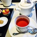 エンポリオ アルマーニ カフェ - 紅茶がのると、テーブルはいっぱいいっぱい。