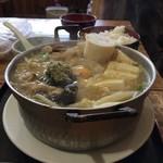 御食事処 山の五代 - ご飯の茶碗が小さく見える。肉鍋。