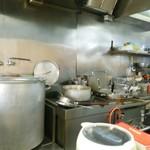カナキン亭本舗 - 大きな寸胴は控え。右の小さい方で温まったスープがあります!