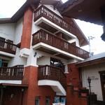モンテローザ - 裏に大きなホテルがある。