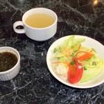 花もよう - ステーキソース、サラダ、スープ