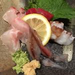 立呑みもんぞう - 刺身5種盛(^。^)当たり前なんだけど… 刺身 寿司などは 禁煙のトコで食べたい ホントに味を気にする人ならね