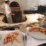 インコントロ オステリア&グリル - 専任シェフが石釜でピザを焼いてるところ