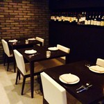 Organic Restaurant Seta - モノトーンを基調とした落ち着きのある席