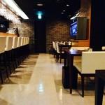 Organic Restaurant Seta - スタッフとの会話も楽しめるカウンター席とテーブル席