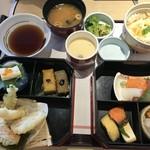 和食鍋処 すし半 - 湯葉丼京風おばんざい膳(1834円)