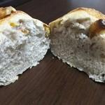 67303863 - くるみパンの断面