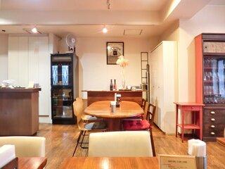 麻布食堂 - 店内のテーブル席の風景です