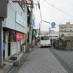 天水 - 前の通り、正面は折尾駅、徒歩1分