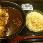 吉野家 - 牛黒カレー550円・ゴボウサラダ130円(いずれも税込)