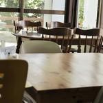 麺家 にらい - 店内はテーブル席と小上がり座敷、カウンターがあります。