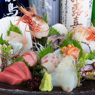 目にも鮮やかに盛られた新鮮な魚介が堪能できる『刺身盛り合せ』