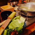 こてつ - 長州どりを使った水炊き。つくねや野菜も新鮮でうまいっ!