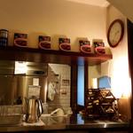 プティフ・ア・ラ・カンパーニュ - 厨房壁面上部にこちらのレトルトカレー