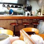 67328571 - 大テーブルから厨房とマスター、そして不思議なカウンター席